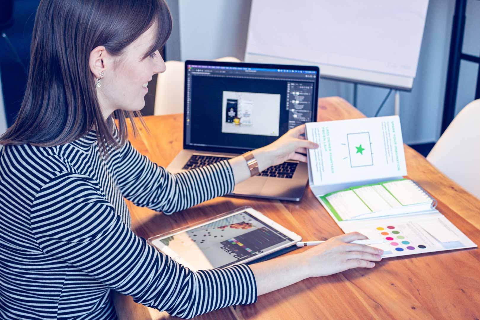 Mitarbeiterin schaut in ihre Notizen auf dem Schreibtisch