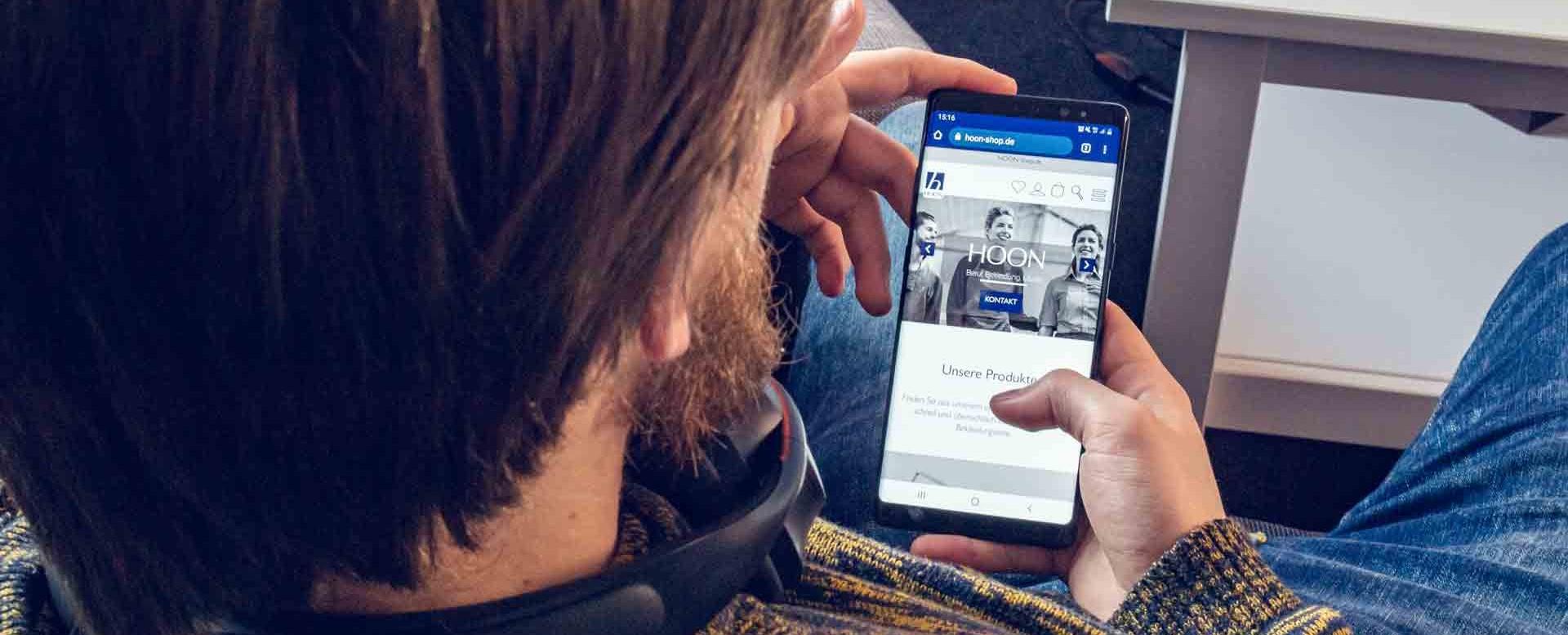 Hoon Onlineshop auf einem Smartphone abgebildet