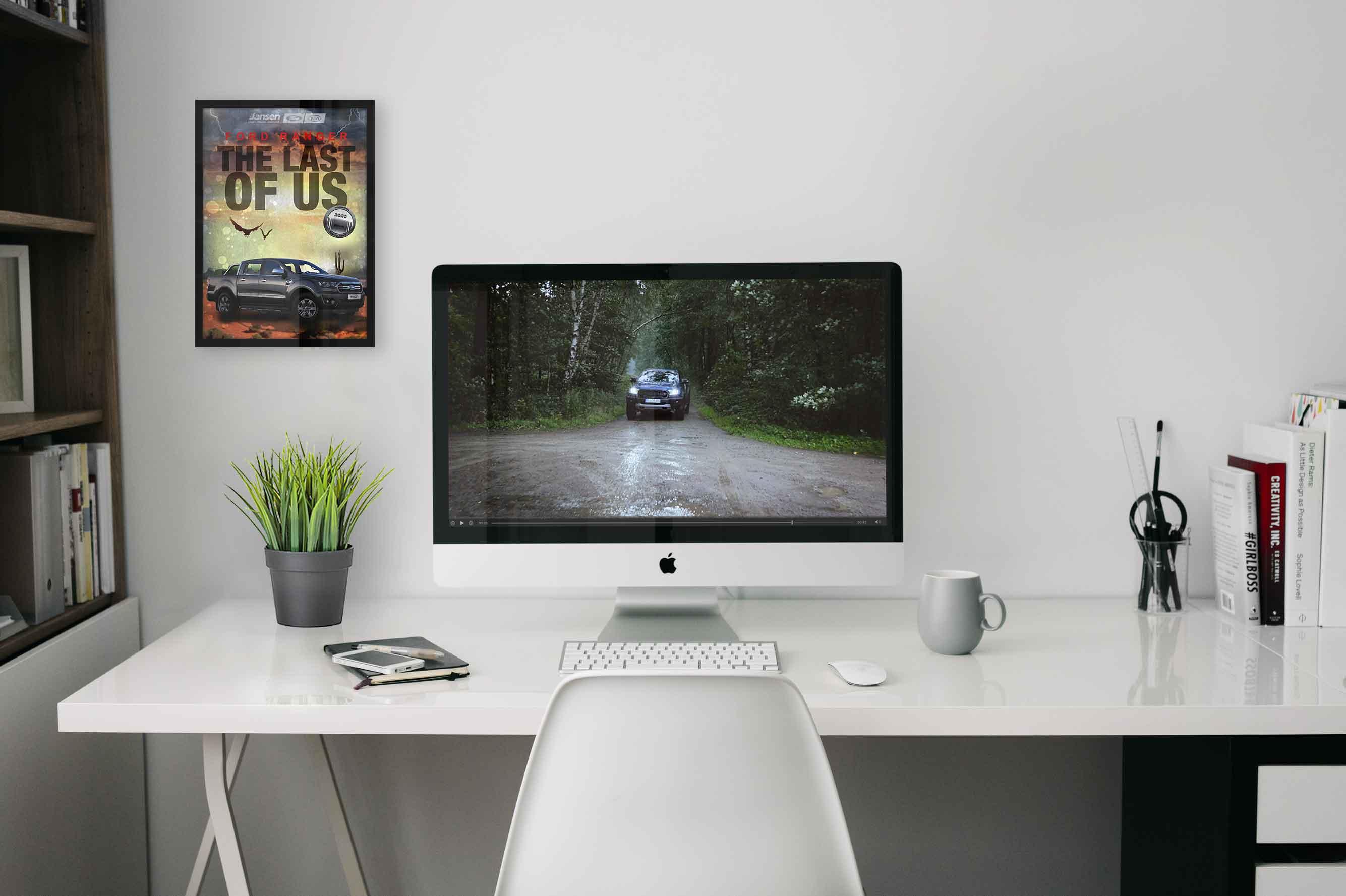 Referenz wird auf einem PC und in einem Bilderrahmen an der Wand dargestellt.