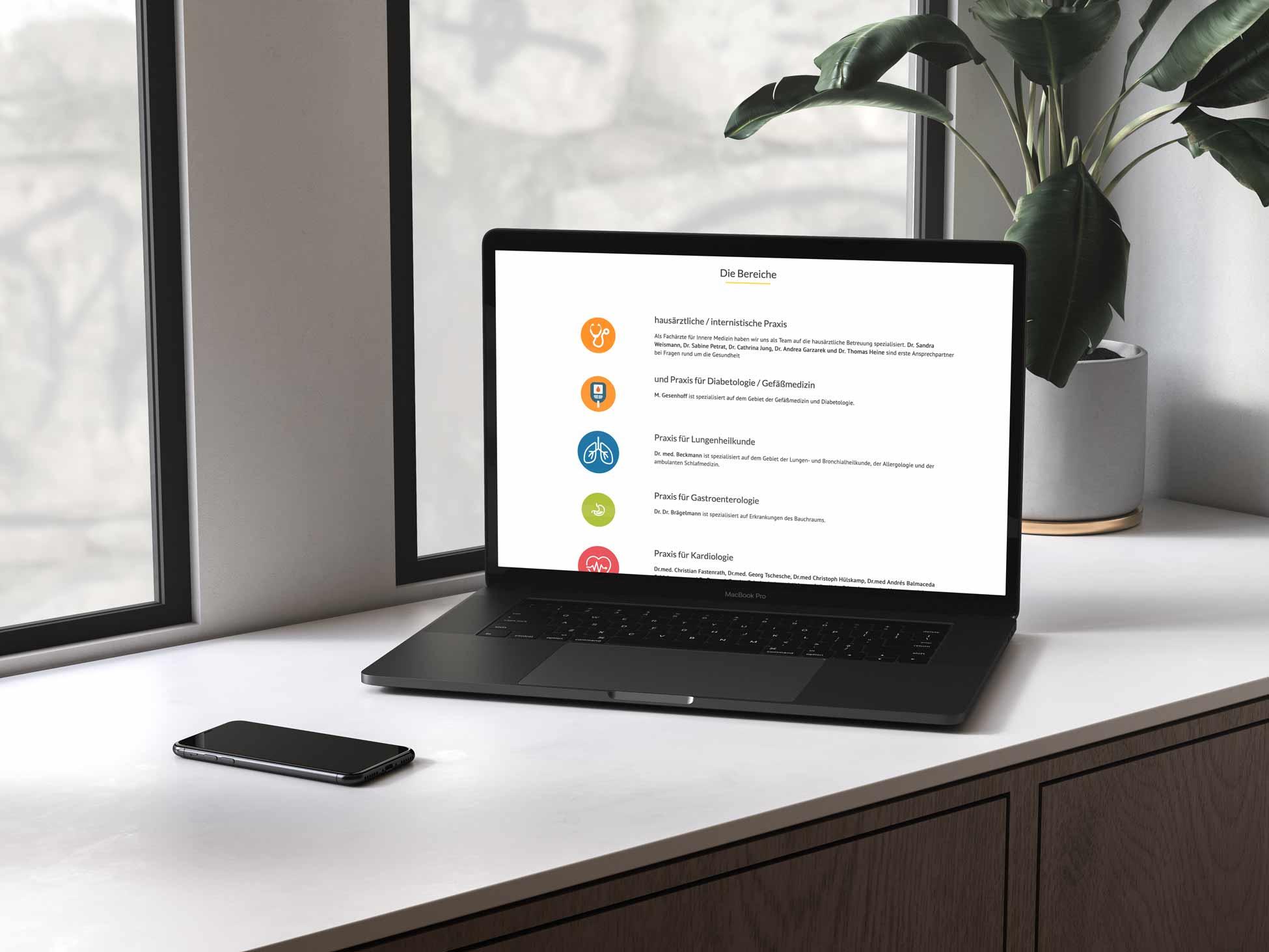 Laptop auf Fensterbank mit geöffneter Webseite des Internistenteams Kamen.