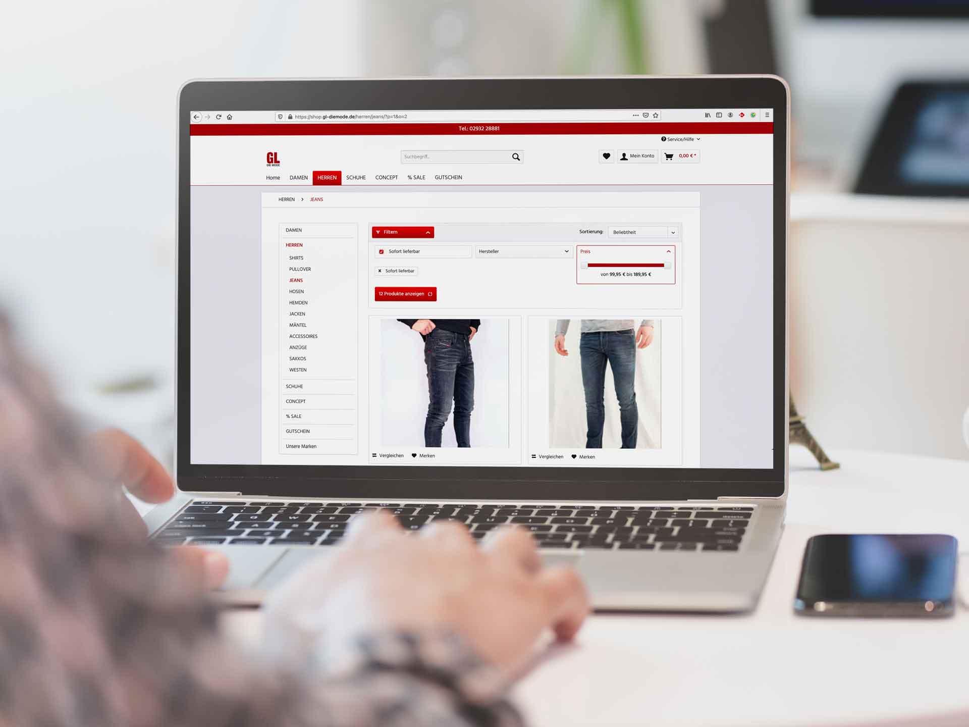 Eine Person schaut sich den Onlineshop von GL-Die Mode an