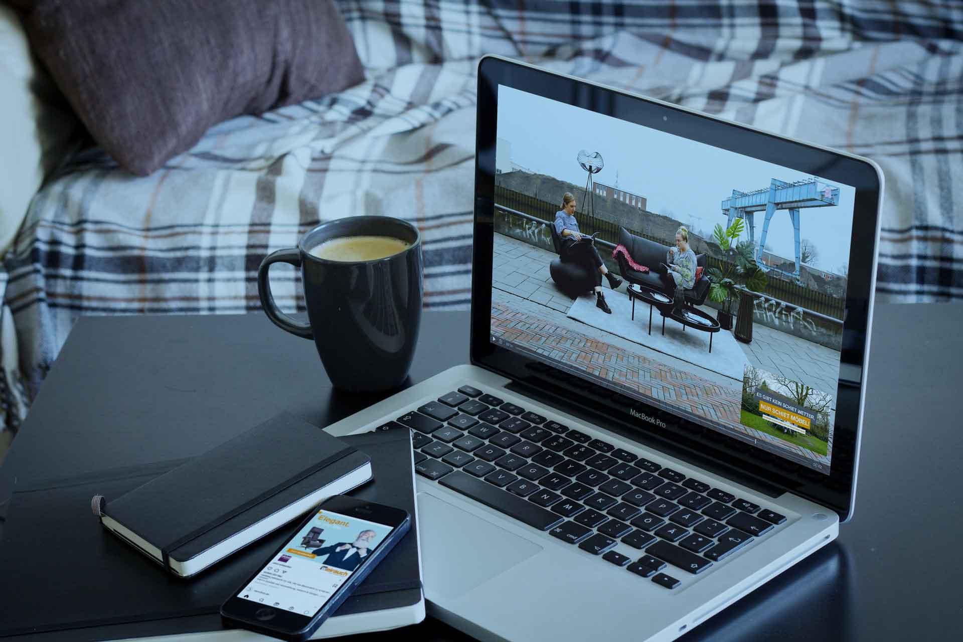 Video wird auf einem Laptop dargestellt / Szene: Büro