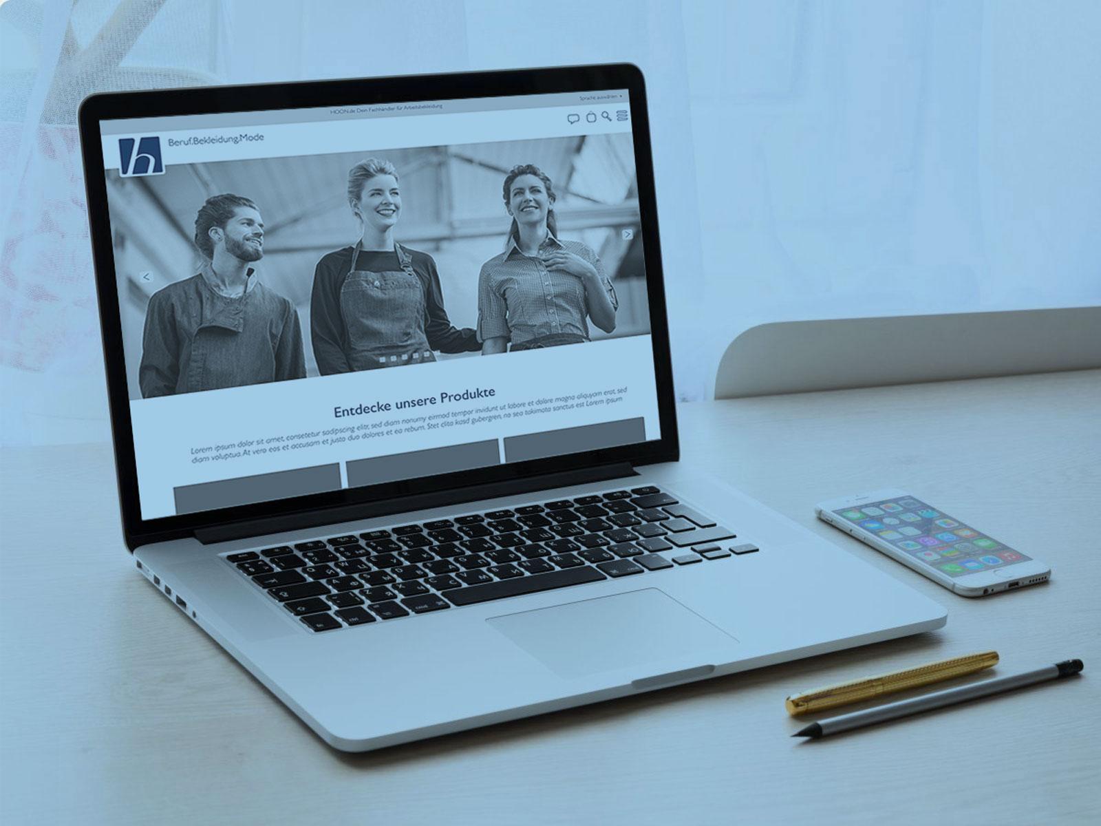 Laptop Mock-Up mit Hoon-Berufsbekleidung Onlineshop
