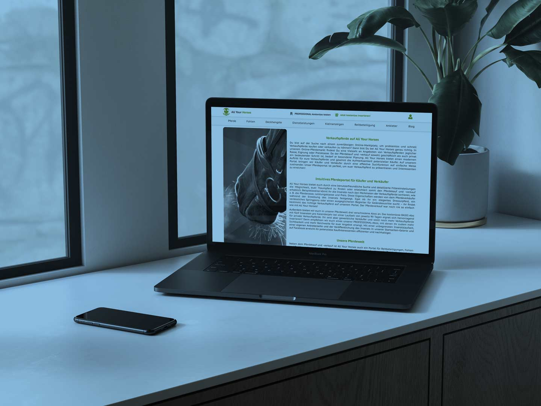 Referenz All Your Horses wird auf einem Laptop dargestellt.