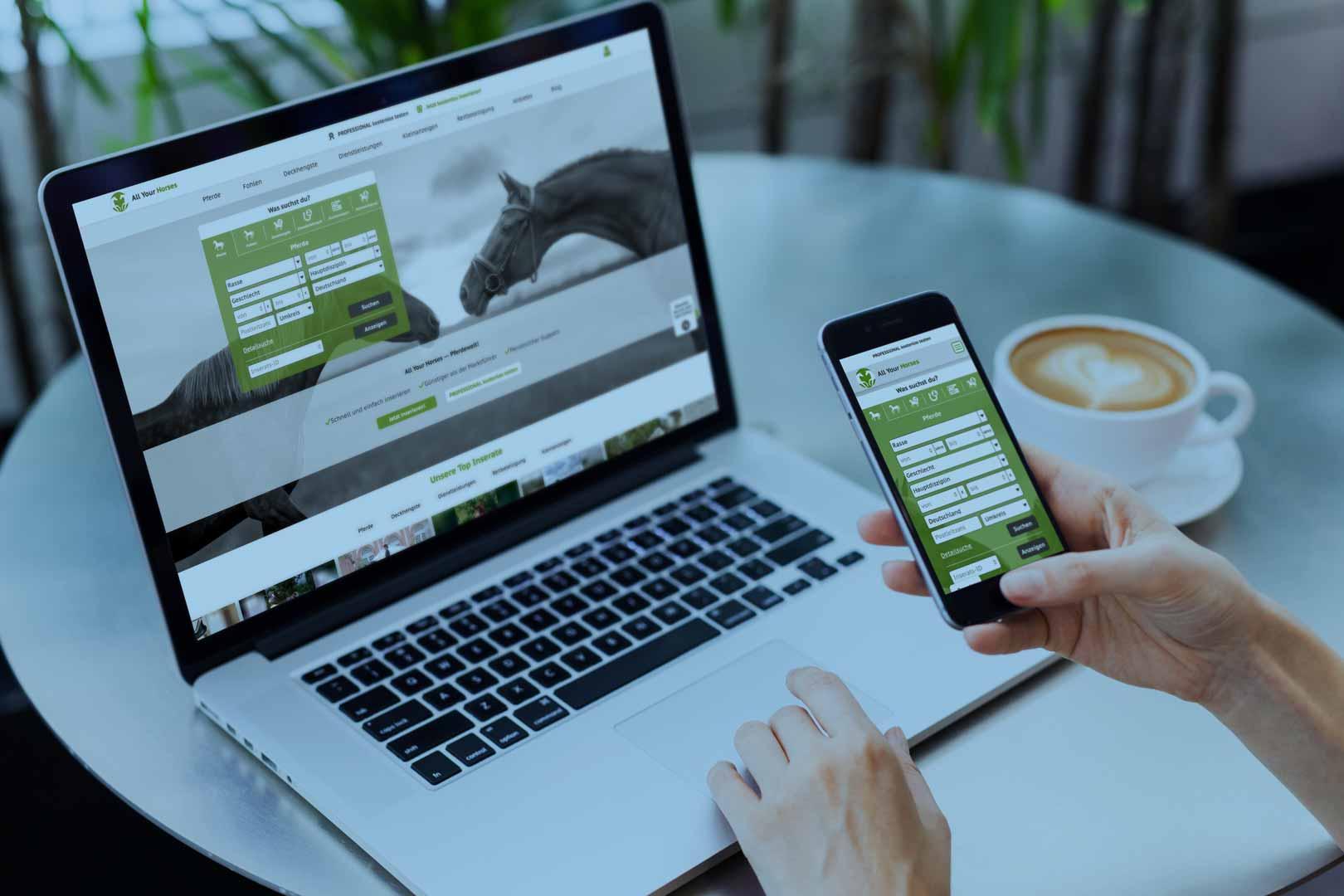 Handy und Laptop mit der Startseite des Onlineportals All Your Horses