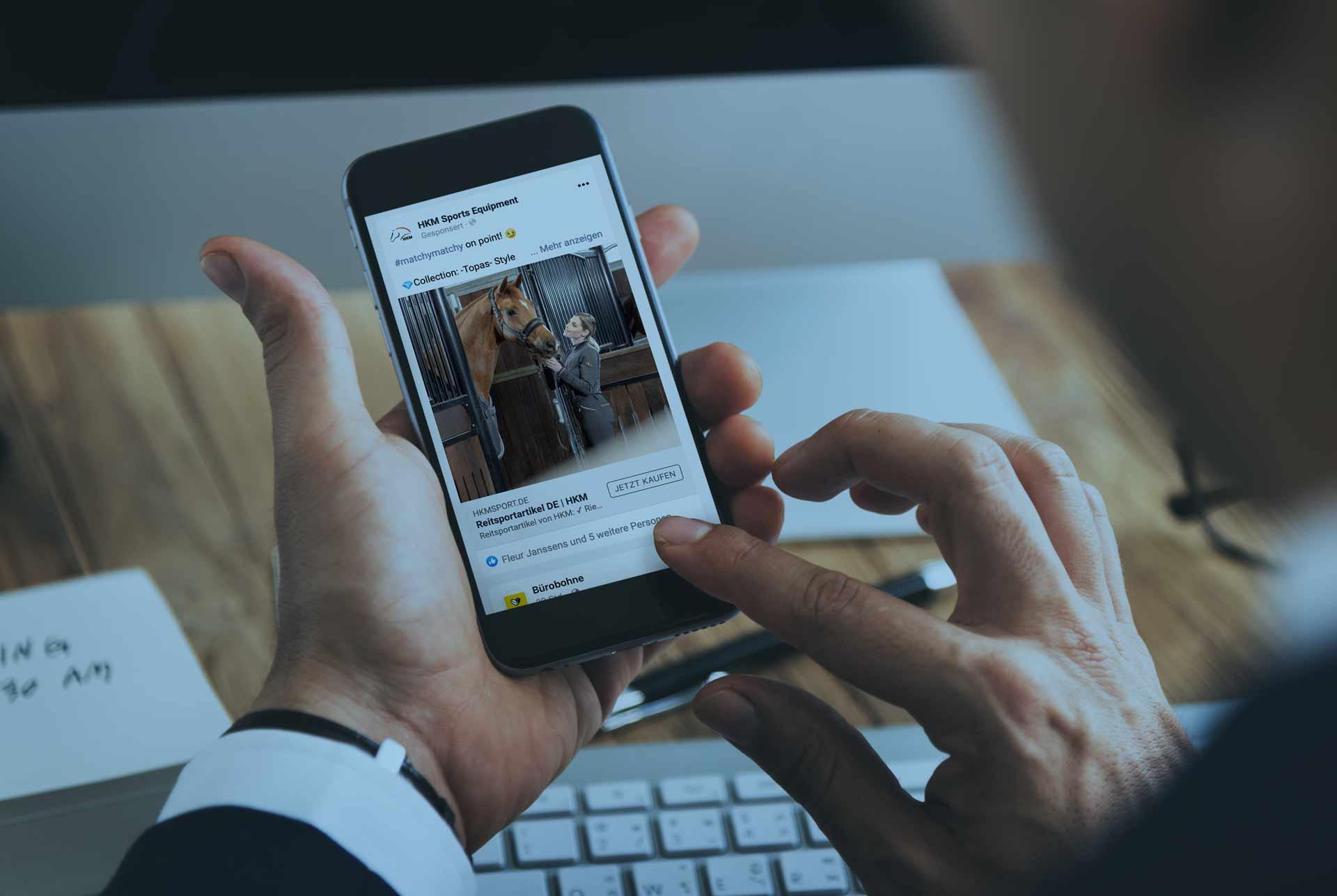 Referenz wird im Social Media Feed auf einem Mobilgerät dargestellt.