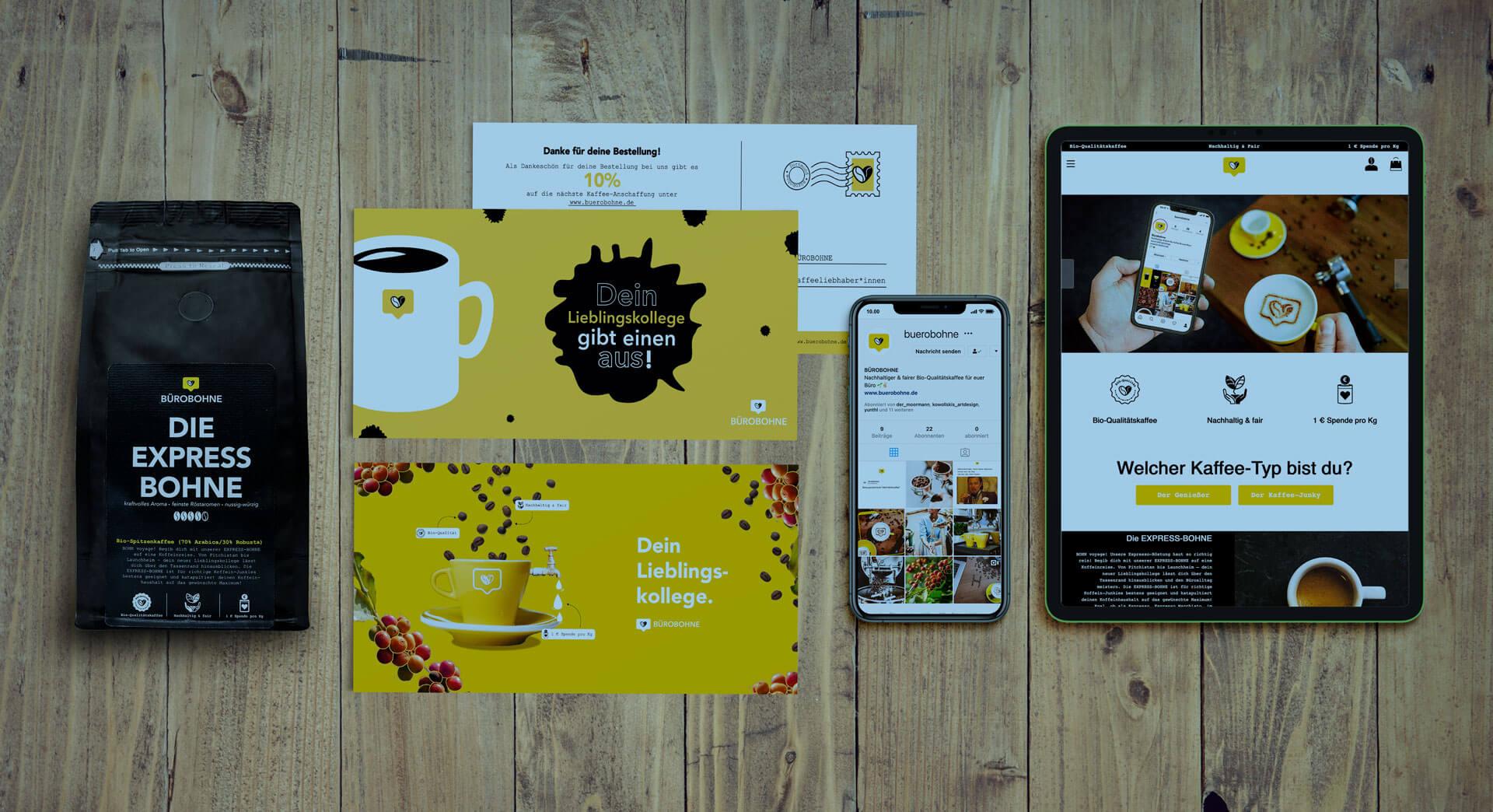 Postkarten und Kaffeverpackungen der Hauseigenen Kaffeemarke werden dargestellt.